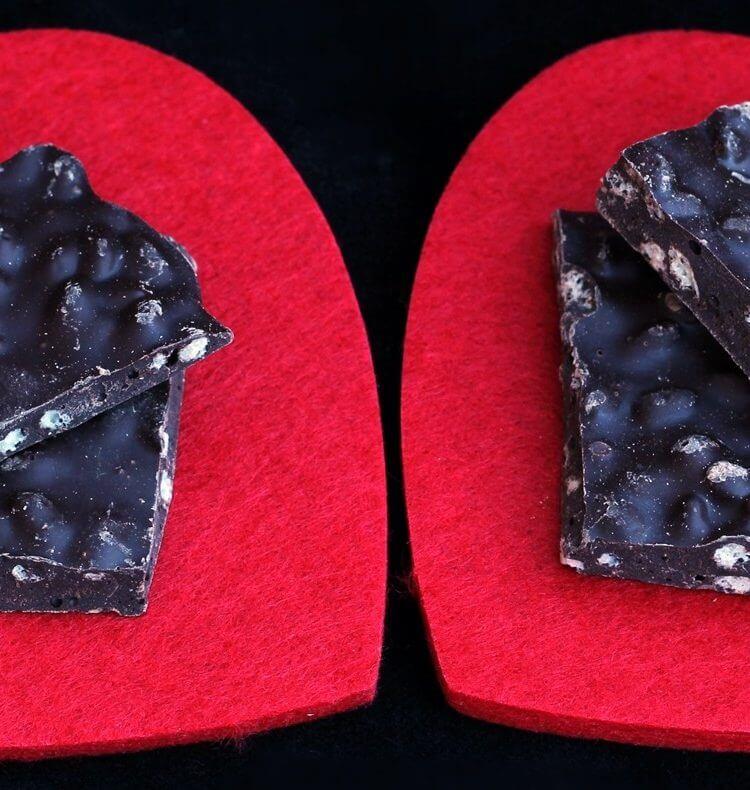 Barrette di cioccolato ai cereali soffiati/ Chocolate bars with puffed cereals.