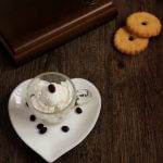 Mousse cioccolato bianco e caffè/ White chocolate and coffee mousse.