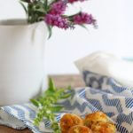Mini muffin feta ed erbe aromatiche.