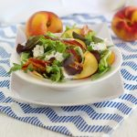 Insalata con bacon, pesche e gorgonzola/ Bacon, peach and blue cheese salad.