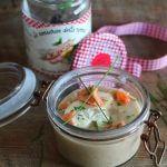 Crema di legumi con caprino, salmone ed erba cipollina.