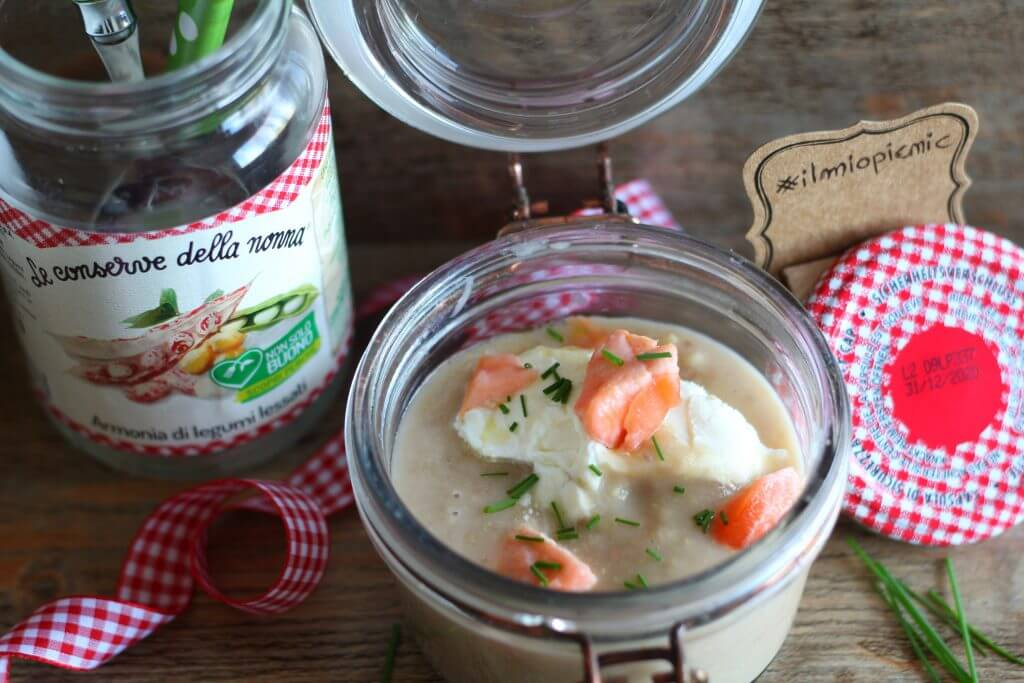 Legumes cream with caprino cheese, salmon and chives.
