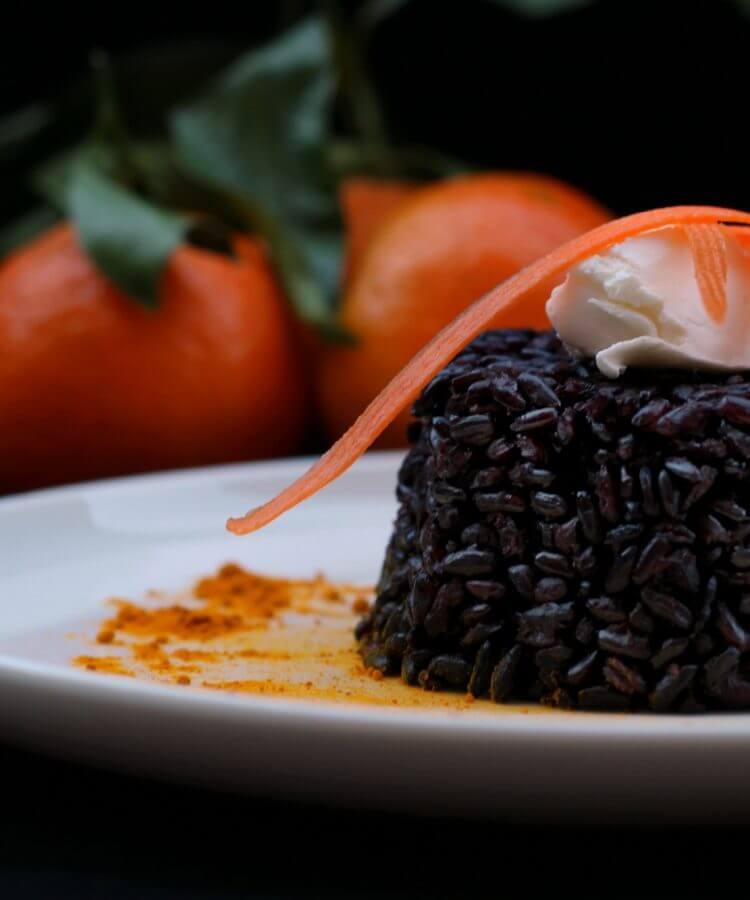 Riso venere agli agrumi e curcuma/ Citrus and turmeric black rice.