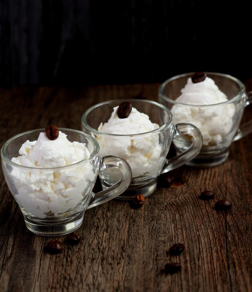 Mousse cioccolato bianco e caffè/ White chocolate and coffee mousse.