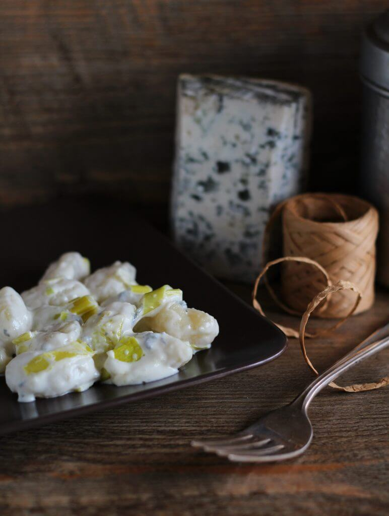 Gnocchi di patate al blu di capra e porri/ Potato gnocchi with goat's blue cheese and leek.