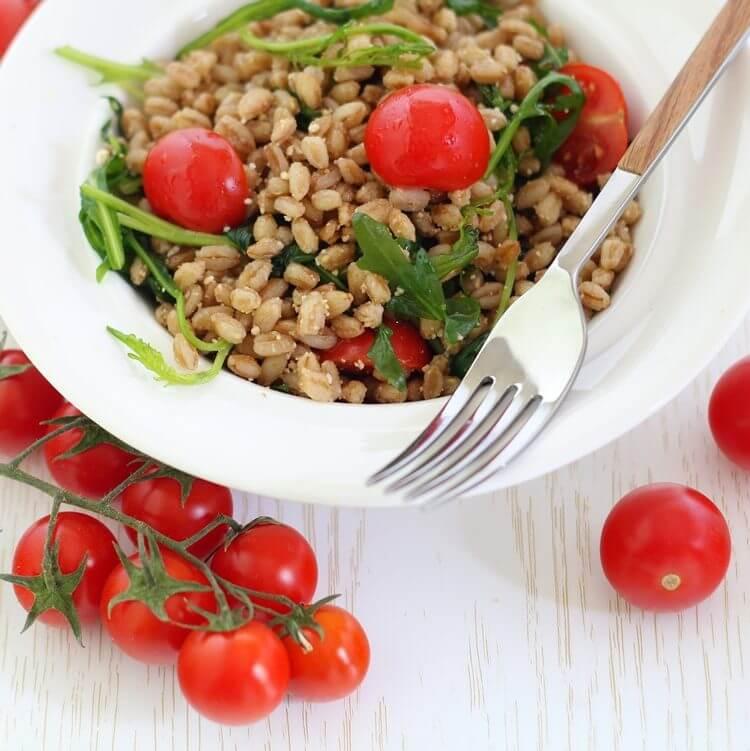 Insalata di farro con pomodorini, rucola, Parmigiano e aceto balsamico.